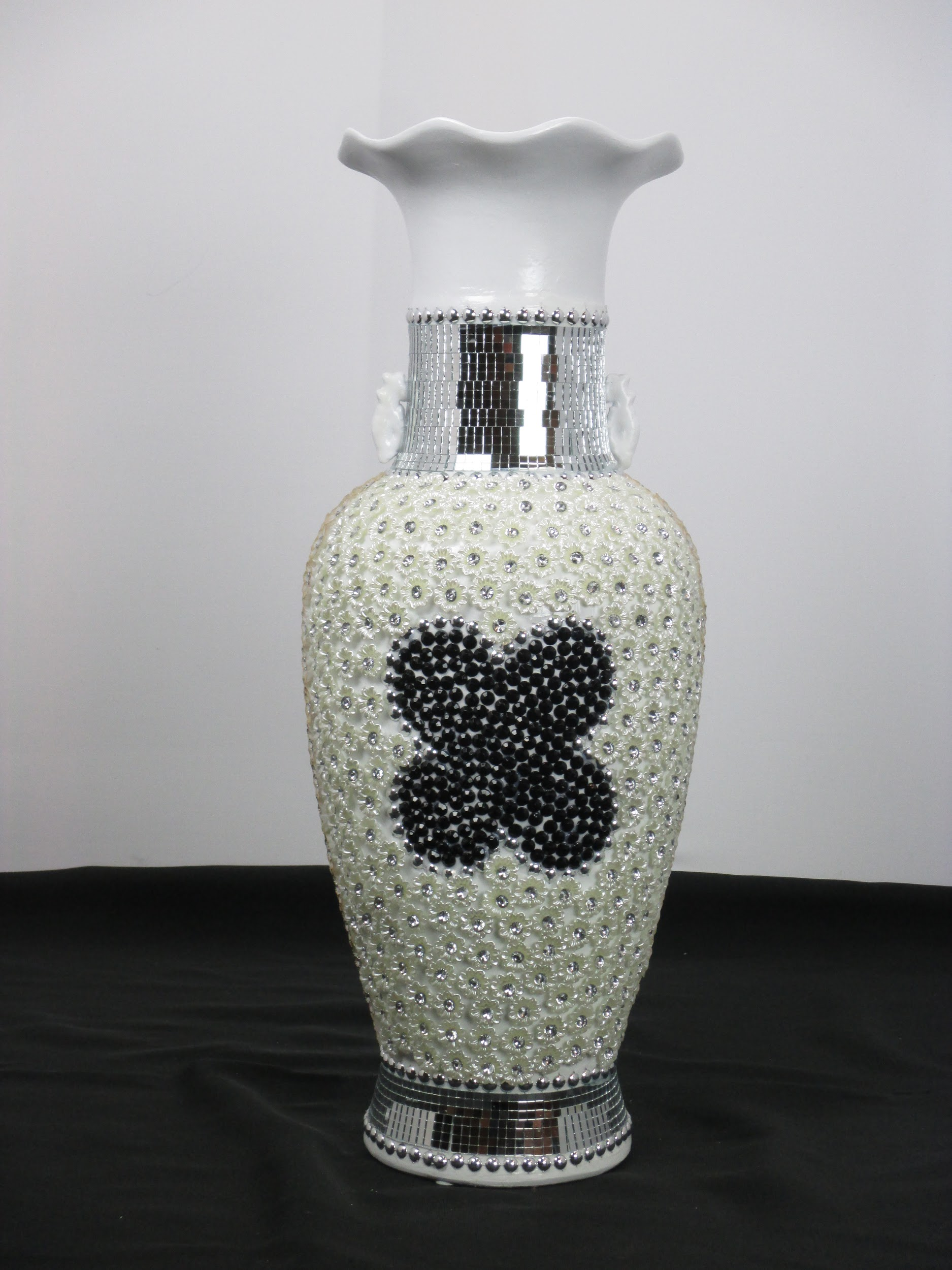 White vase with silver flowers HJ 58188-7-3 – Modern Home Imports